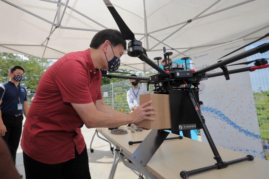 Drones leveren scheepsonderdelen aan schepen in Singapore